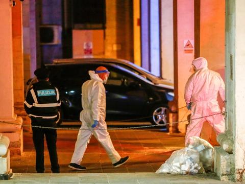 Jamie Vella (i midten) bliver ført ud af retsbygningen i Malta i beskyttende udstyr, fordi han er blevet testet positiv for coronavirus. Han er sammen med en anden tiltalt for at have anskaffet den bombe, der blev brugt til at dræbe den maltesiske journalist Daphne Caruana Galizia i 2017.